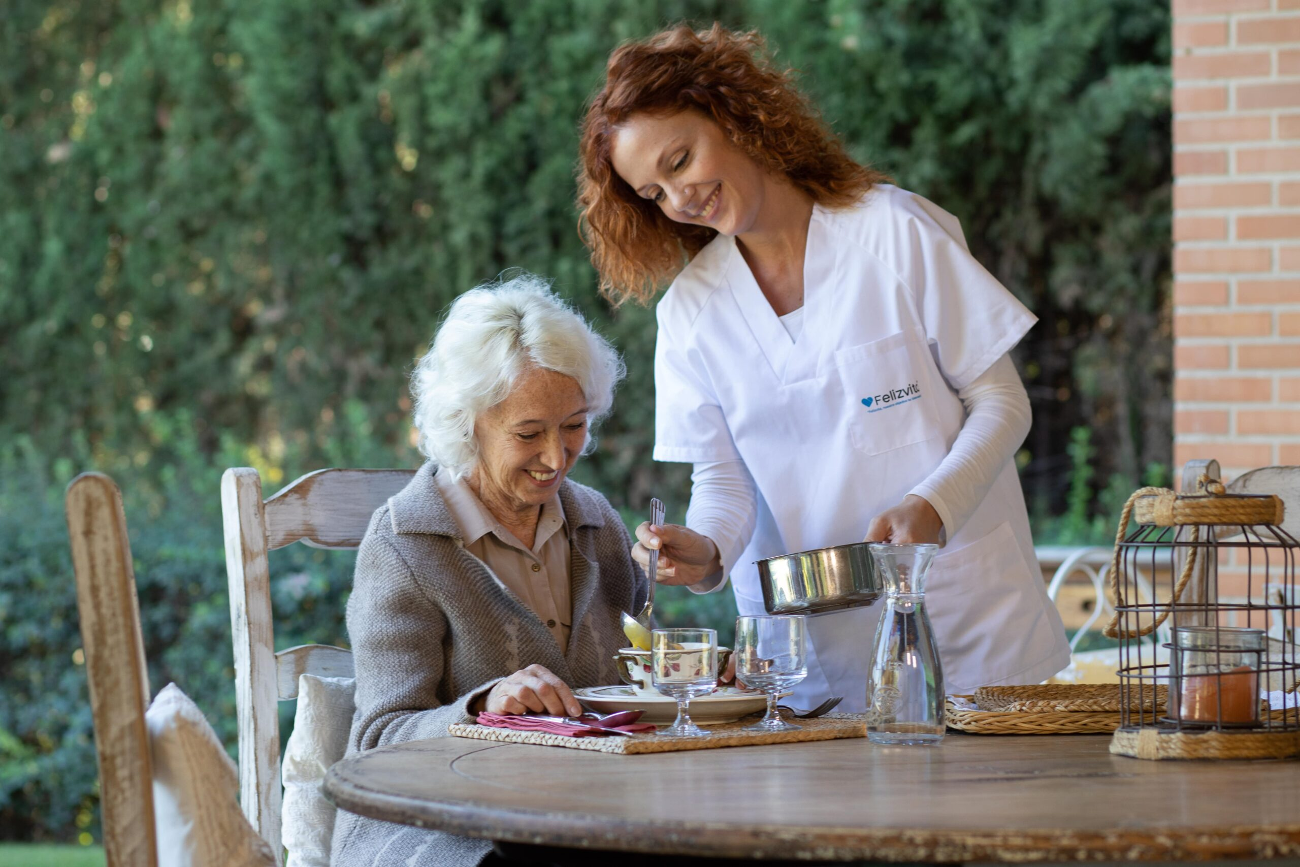 Cuidadora atendiendo a persona mayor