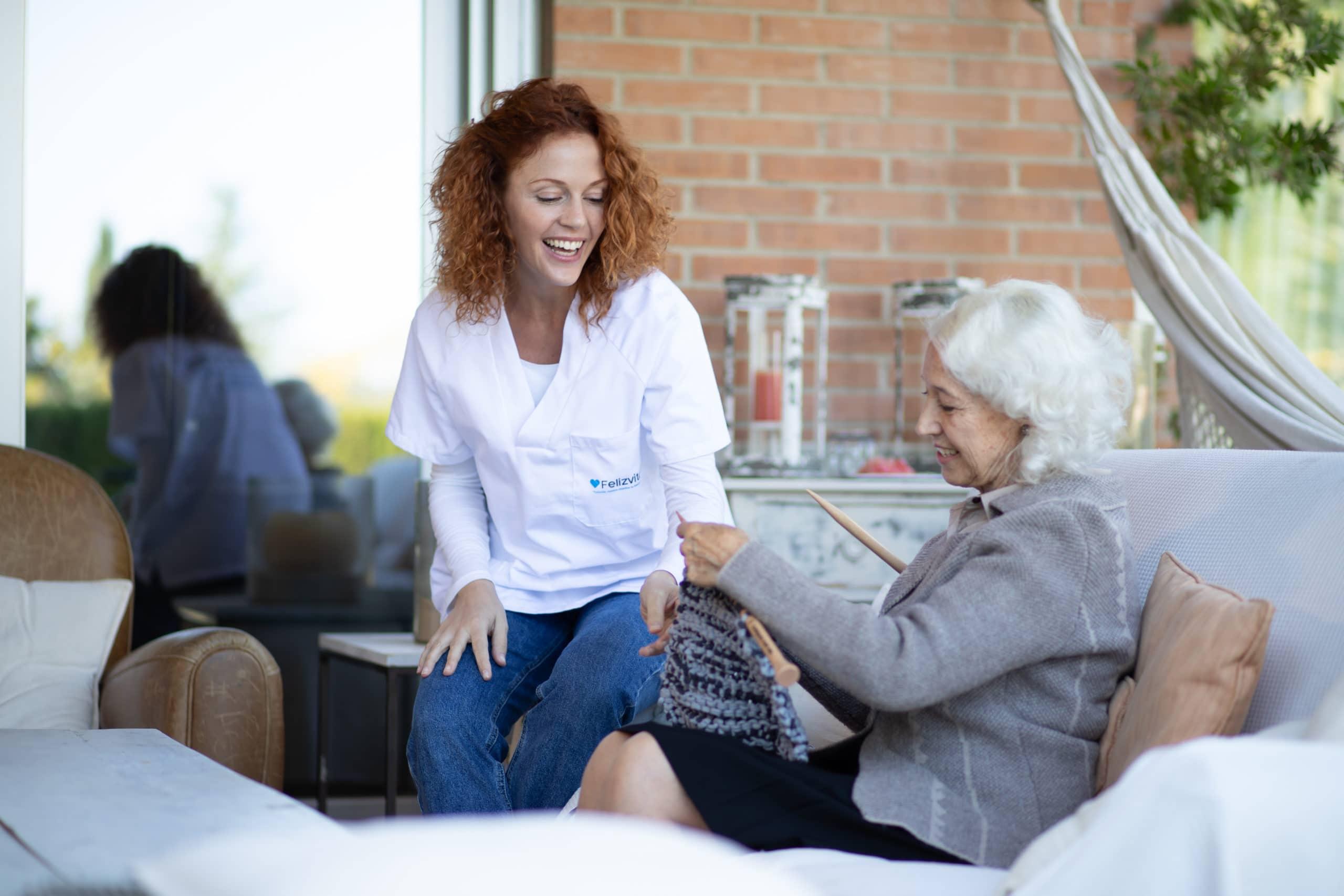 Cuidadora interna de felizvita dando un servicio
